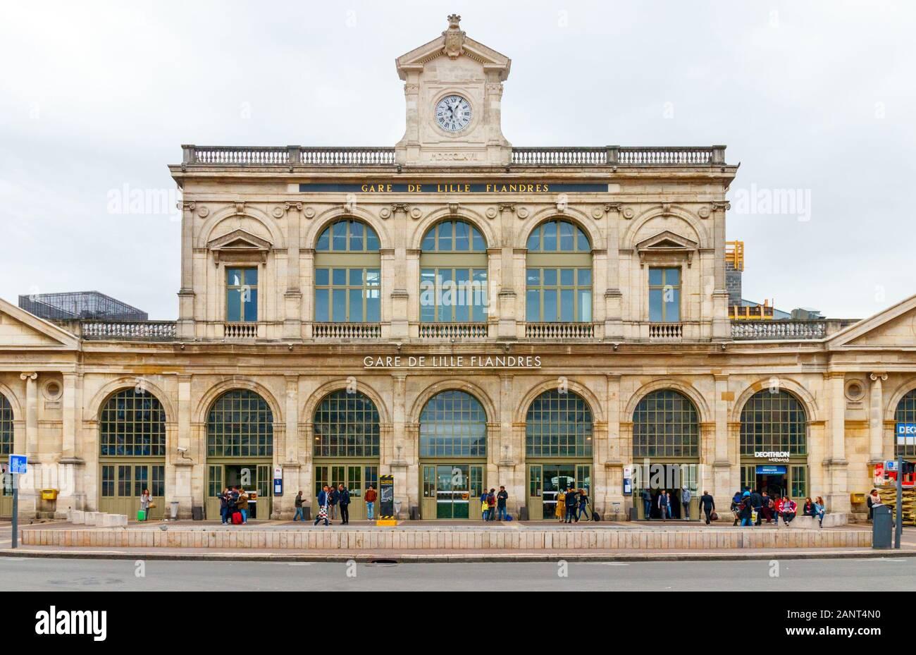 Vista frontal de la estación de tren Lille Flanders (Gare de Lille Flandres) bajo un cielo nublado. Francia. Foto de stock