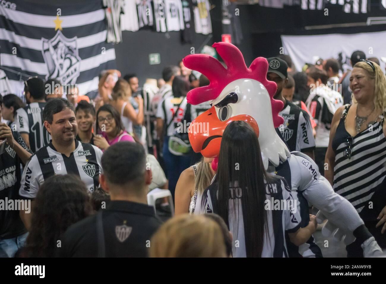 BELO HORIZONTE, MG - 19.01.2020: COLECIONADORES DE CAMISAS ¿ATLÉTICO MG - Colectores reunión de Clube Atlético Mineiro camisetas en la barra Pulero en Belo Horizonte, MG, este domingo (19). (Foto: Gabriela Hanna/Fotoarena) Foto de stock
