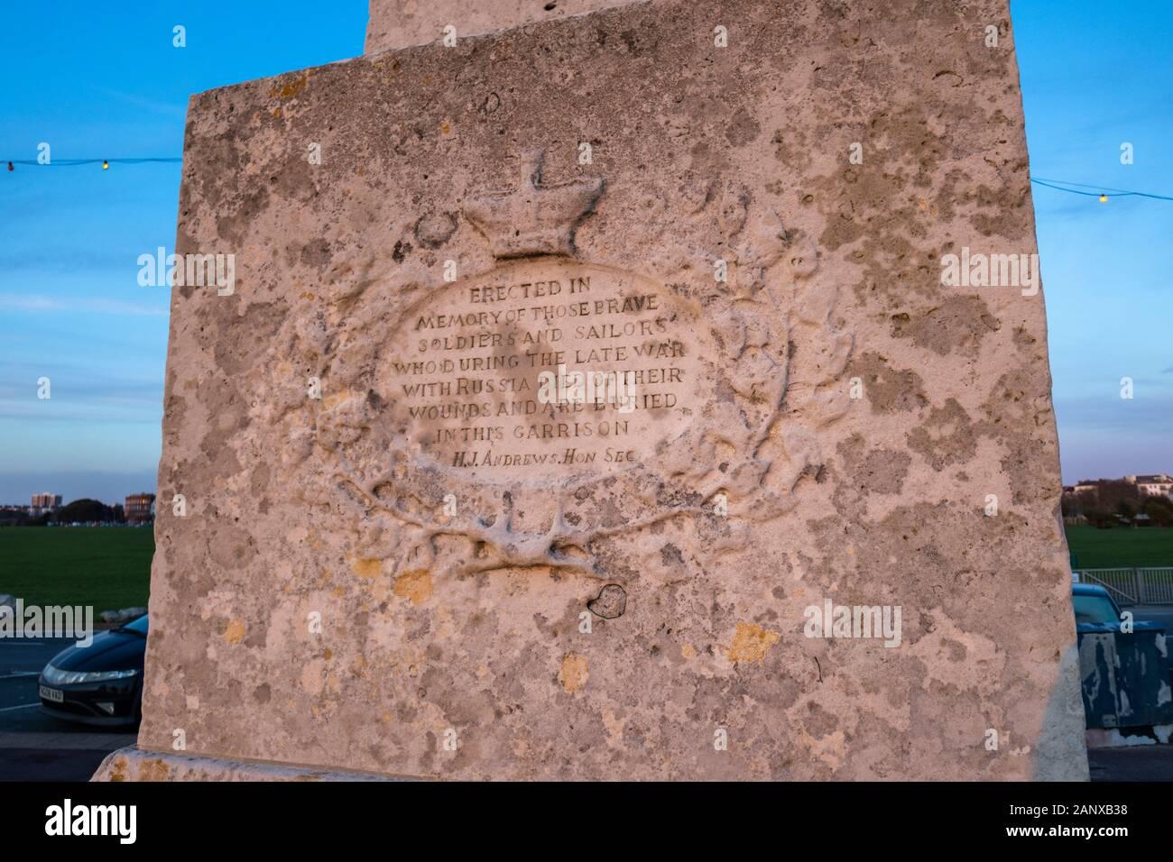 Inscripción en el Memorial de la guerra de Crimea, en el paseo marítimo en el Clarence Esplanade, Southsea, Portsmouth, Hampshire, la costa sur de Inglaterra Foto de stock
