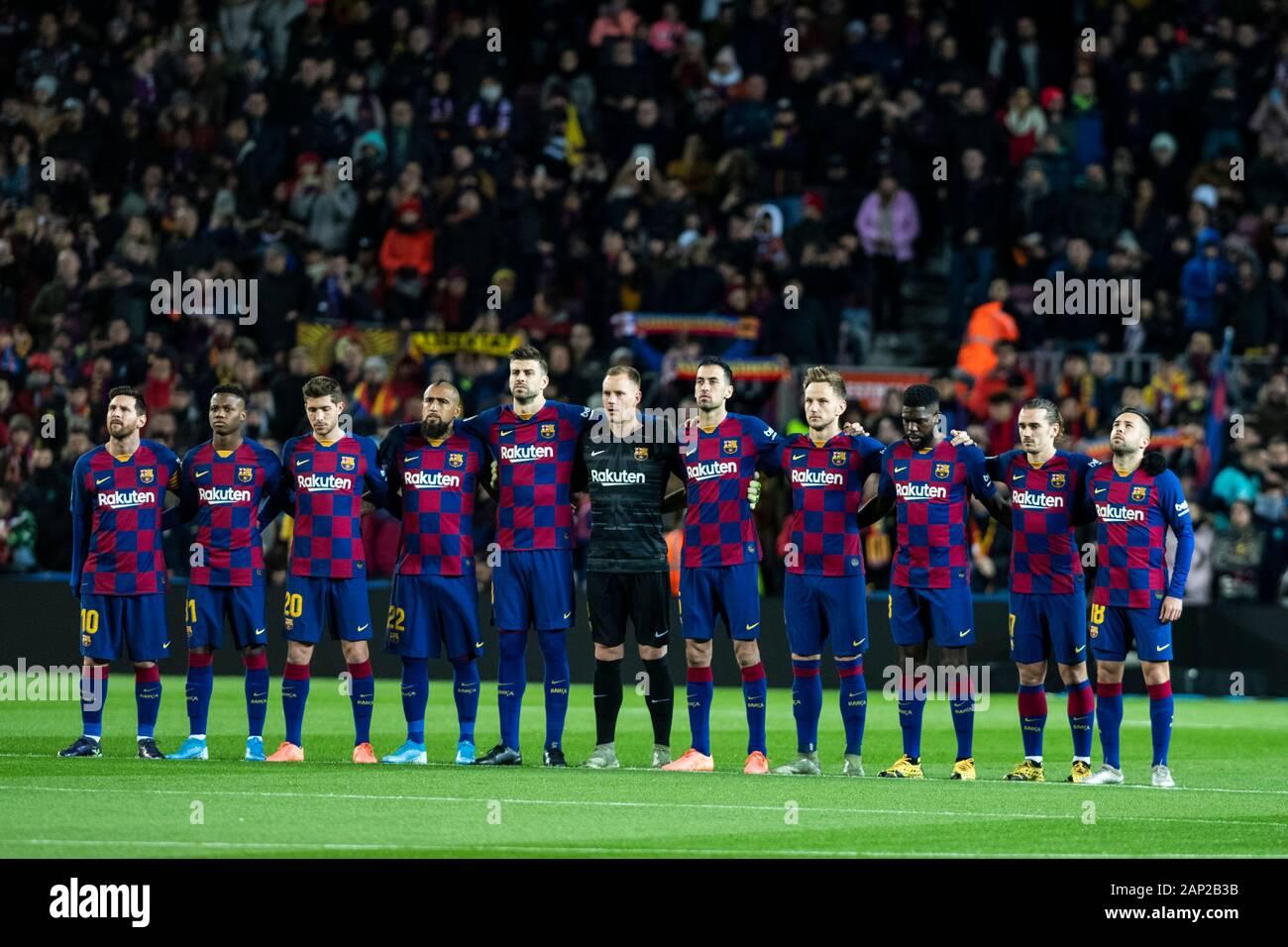¿Cuánto mide Ansu Fati? - Altura real: 1,73 - Real height - Página 2 Camp-nou-barcelona-cataluna-espana-19-ene-2020-la-liga-de-futbol-barcelona-versus-granada-equipo-fc-barcelona-durante-1-minuto-de-silencio-pre-game-uso-editorial-credito-ademas-de-los-deportes-de-accion-alamy-live-news-2ap2b3b