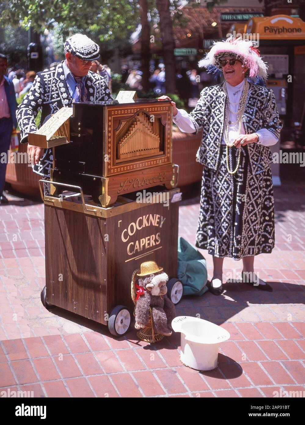 Alcaparras Cockney Pearly King jugando Verbeeck órgano en la calle Collins Street, Melbourne, Victoria, Australia Foto de stock