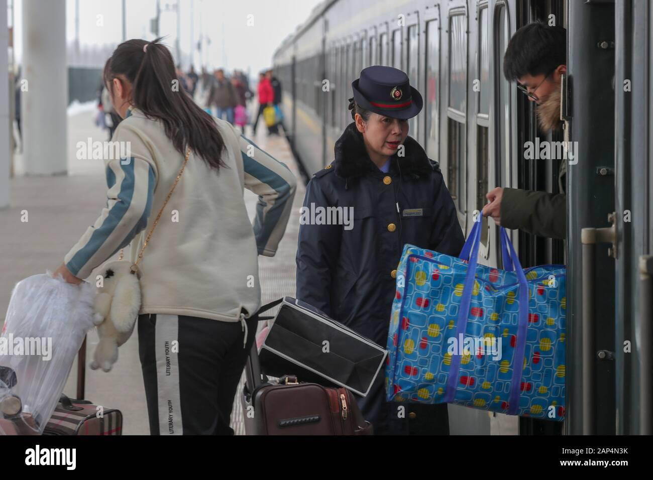 Tacheng. 30 de mayo de 2019. Los pasajeros bájese del tren en el K9857 a Emin Railway Station en el noroeste de China la Región Autónoma de Xinjiang Uygur, 20 de enero de 2020. El ferrocarril Karamay-Tacheng fue puesta en funcionamiento el 30 de mayo de 2019, que trajo una gran comodidad a los pasajeros a lo largo de la línea. El ferrocarril ha transportado alrededor de 292.000 pasajeros desde su inauguración, con unos 14.000 pasajeros transportados desde el inicio de este Festival de Primavera de Rush de viaje. Crédito: Zhao Ge/Xinhua/Alamy Live News Foto de stock