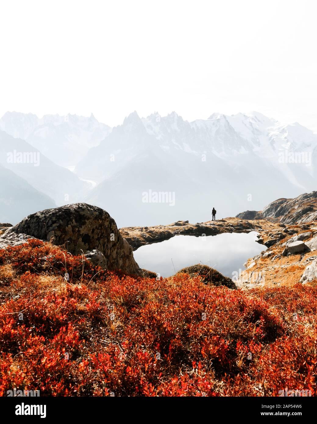Silueta de caminante cerca Chesery Lake (Lago De Cheserys). Monte Bianco nevadas montañas gama en segundo plano. Vallon de Berard Nature Preserve, Chamonix, Francia Alpes Foto de stock