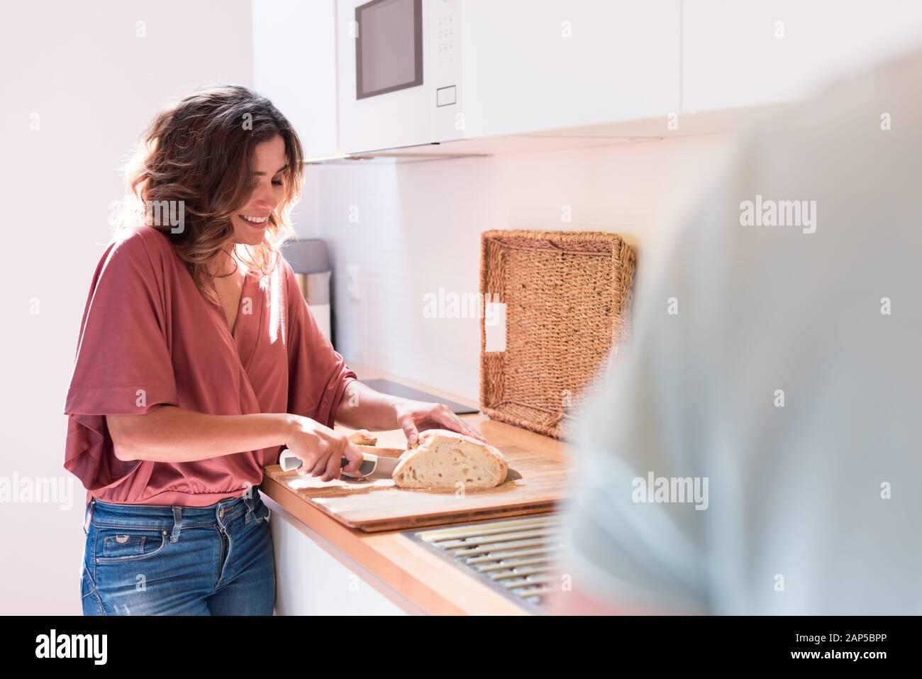 Moderna y joven pareja cocinar juntos en casa Foto de stock