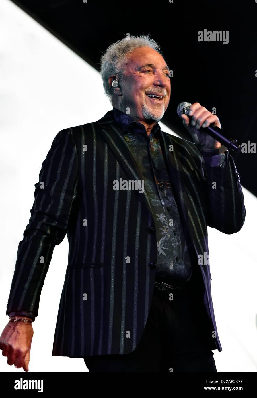 Tom Jones en el escenario El Stagecoach Festival en Indio, California. Foto de stock