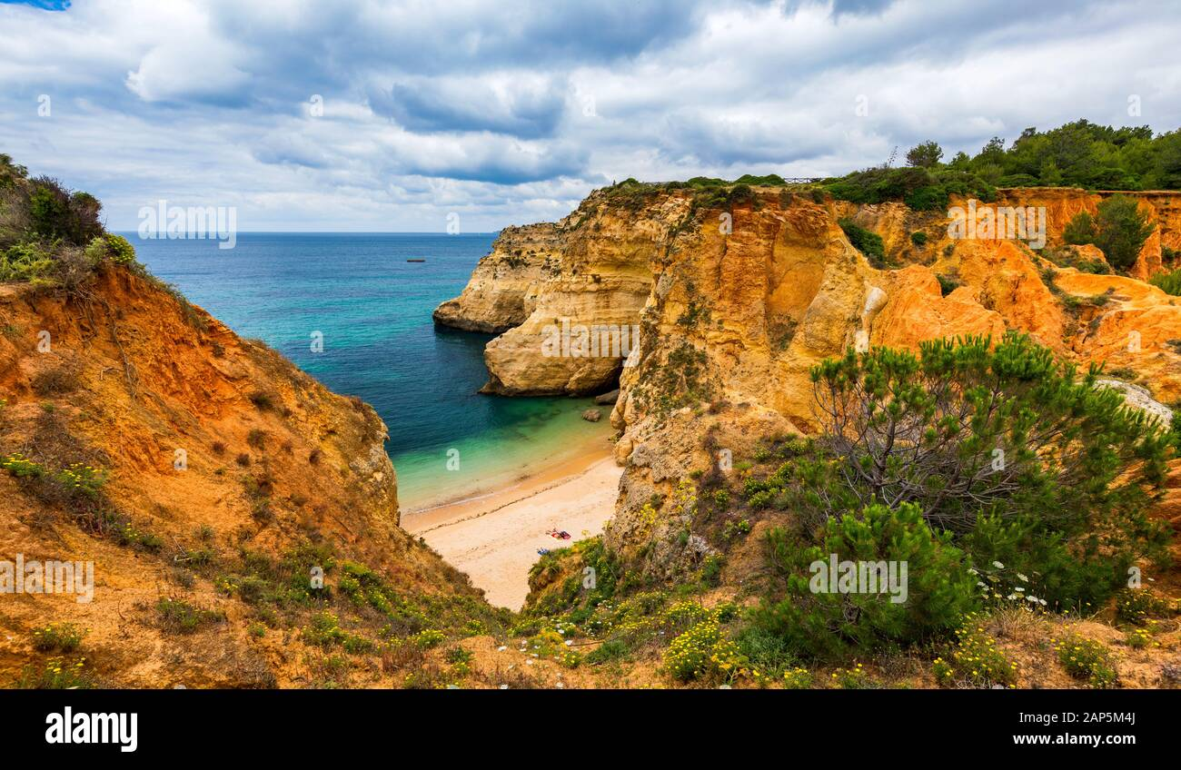 Submarino ('playa Praia do submarino ' en portugués), situado en Alvor, región del Algarve, Portugal. Praia do Submarino, hermosa playa remota en al. Foto de stock
