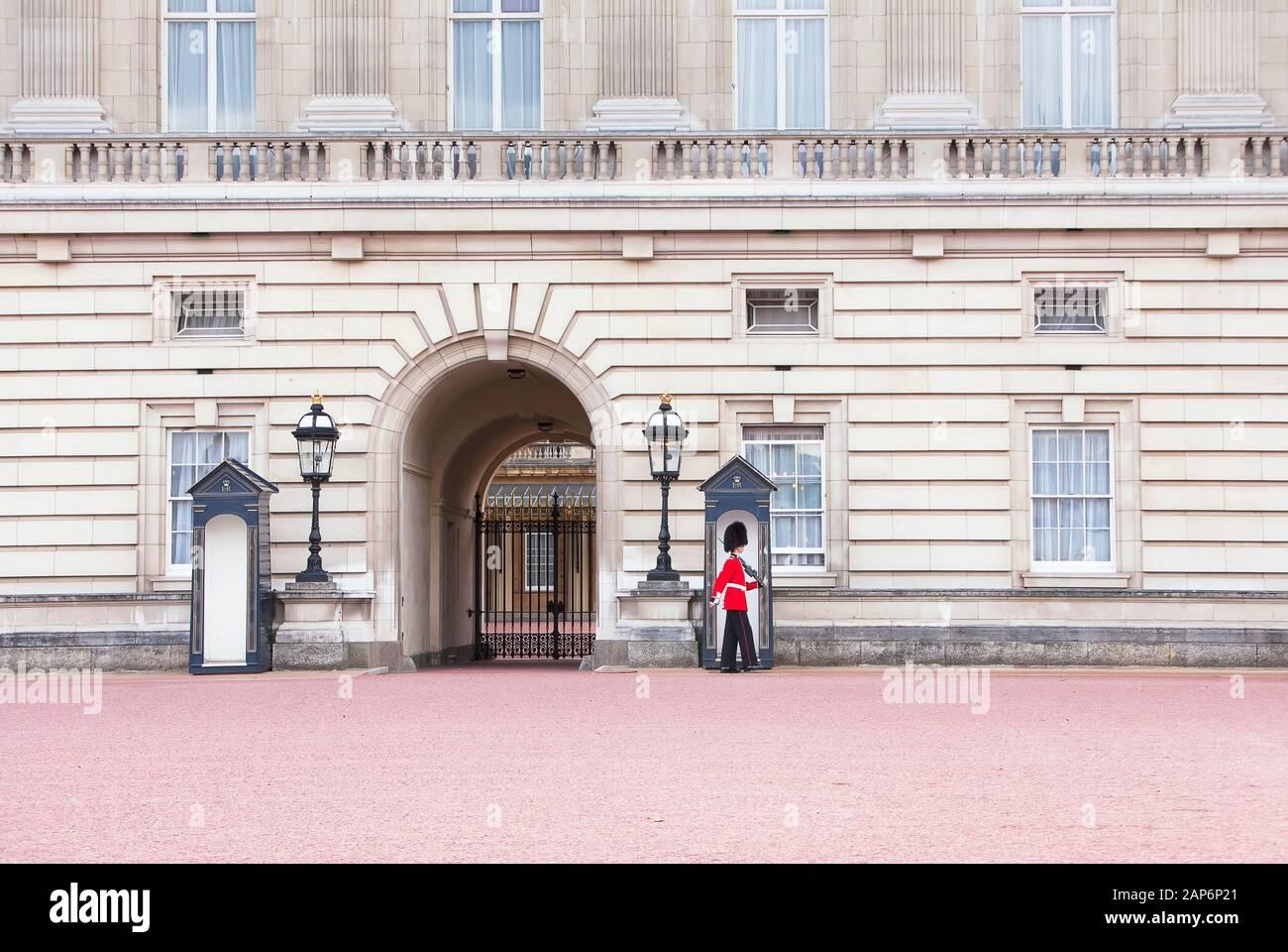 El cambio de guardia, el Palacio de Buckingham, Londres, Inglaterra, Reino Unido. Foto de stock