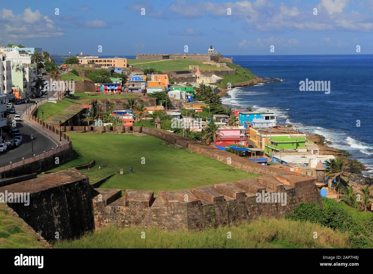 Muros masivos marcados por numerosas cajas de centinela, conocidas en español como guaritas, rodean la ciudad portuaria caribeña del Viejo San Juan en Puerto Rico Foto de stock