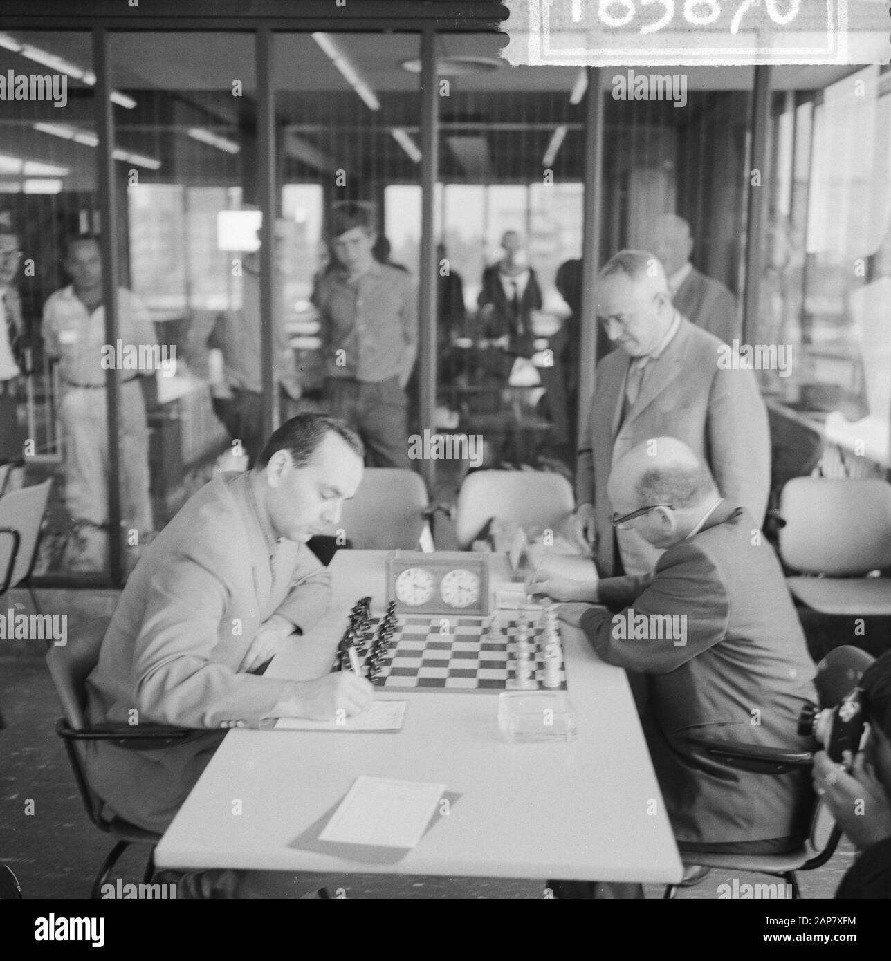 Ajedrez Decisioncompetition comenzó en GAK, Portisch a Reshevsky Fecha: 25 de junio de 1964 palabras clave: Nombre De La Institución CHESK: GAK Foto de stock