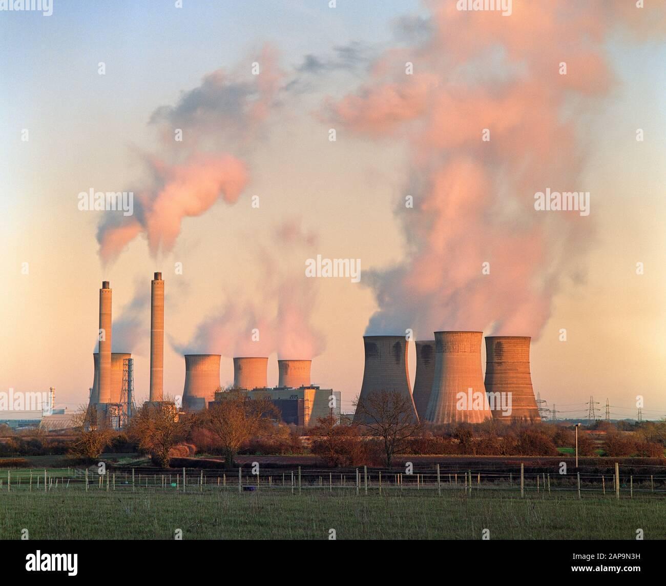 Estación de Potencia De Carbón West Burton Bronica ETRSi Formato Medio Zenzanon 150mm f/3.5 Kodak Portra 160 8s @ f/8 con filtro ND de 6 paradas Foto de stock