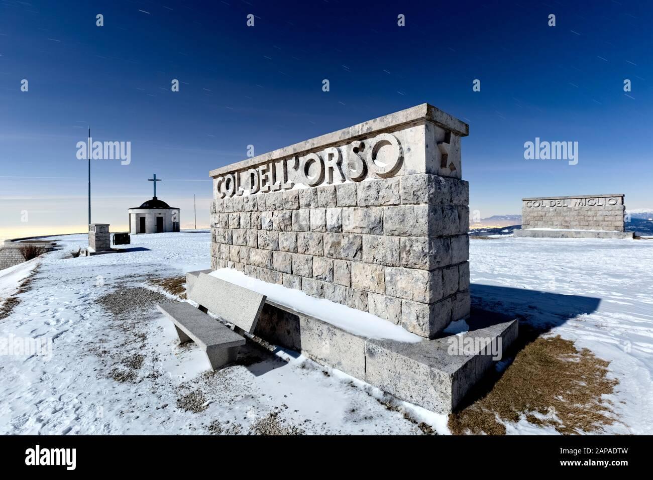 La piedra conmemorativa del Col dell'Orso en el osario militar del Monte Grappa. Treviso, Veneto, Italia, Europa. Foto de stock