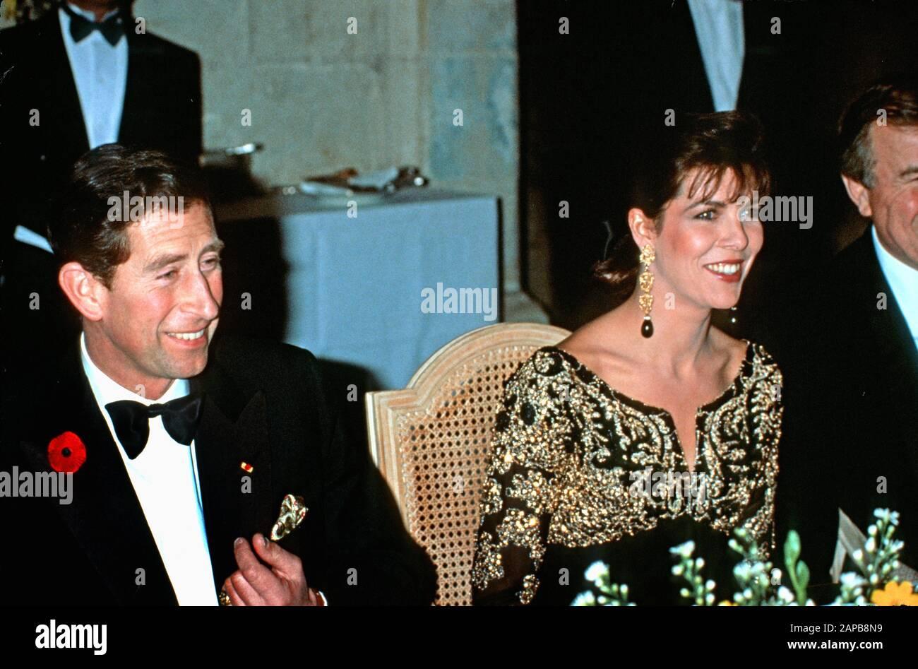 la-princesa-hsh-caroline-de-monaco-y-el-principe-hdh-charles-asisten-a-una-cena-en-el-chateau-de-chambord-durante-su-gira-real-de-francia-noviembre-de-1988-2apb8n9.jpg