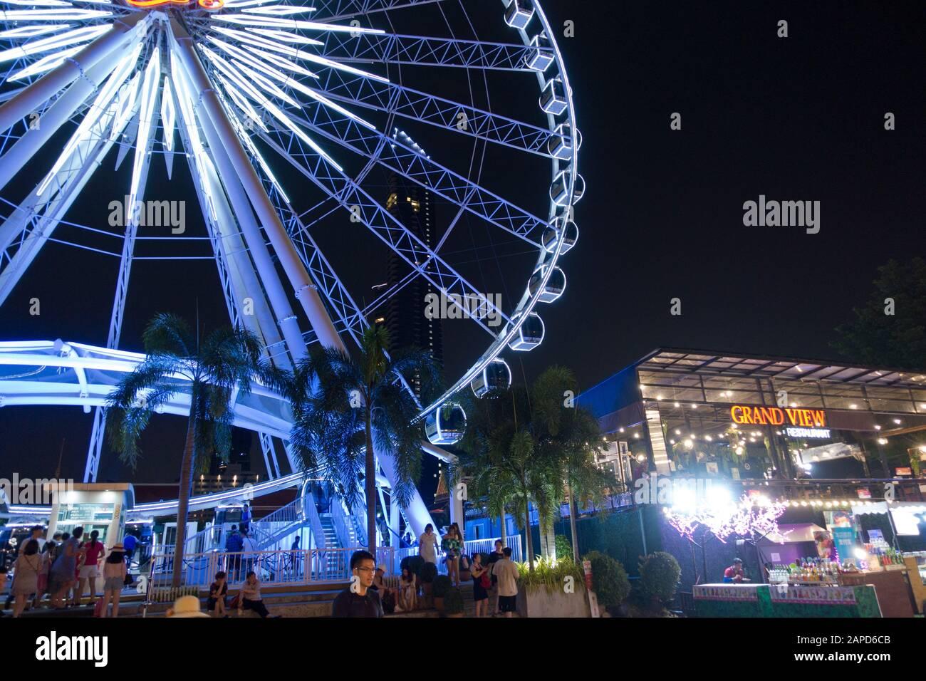 Asiatique: El Riverfront es un centro comercial al aire libre de 4,8 hectáreas y complejo de entretenimiento, frecuentado por los lugareños. El cielo asiático es un hito en Bangkok. Foto de stock