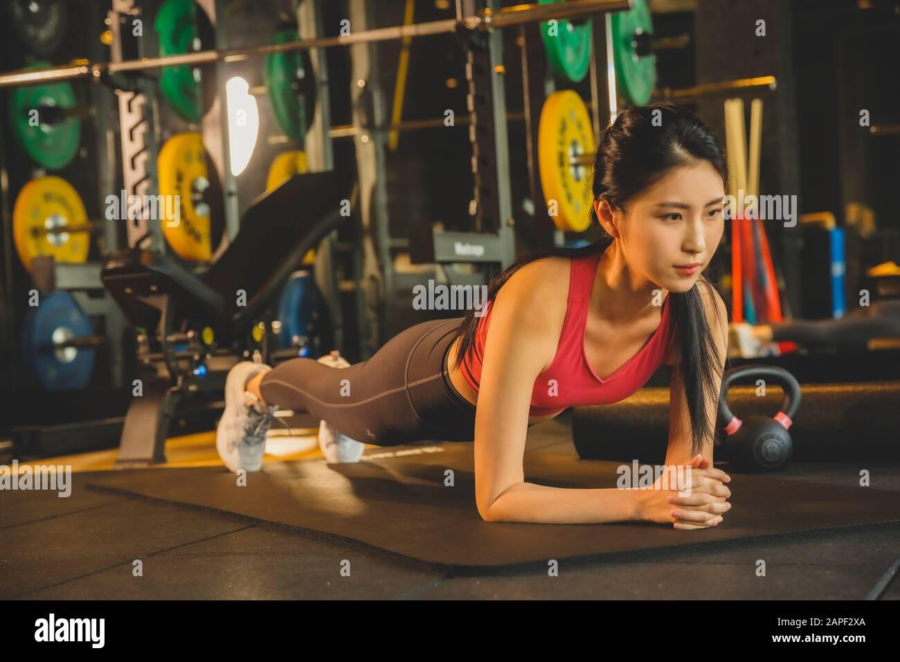 Ejercicio masculino y femenino en el gimnasio. Deporte, fitness, pesas y concepto de entrenamiento 084 Foto de stock