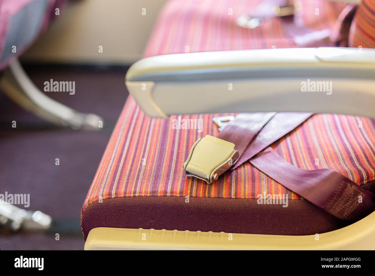 Cinturones de seguridad en el asiento del pasajero de la aeronave, concepto de seguridad de viaje. Foto de stock