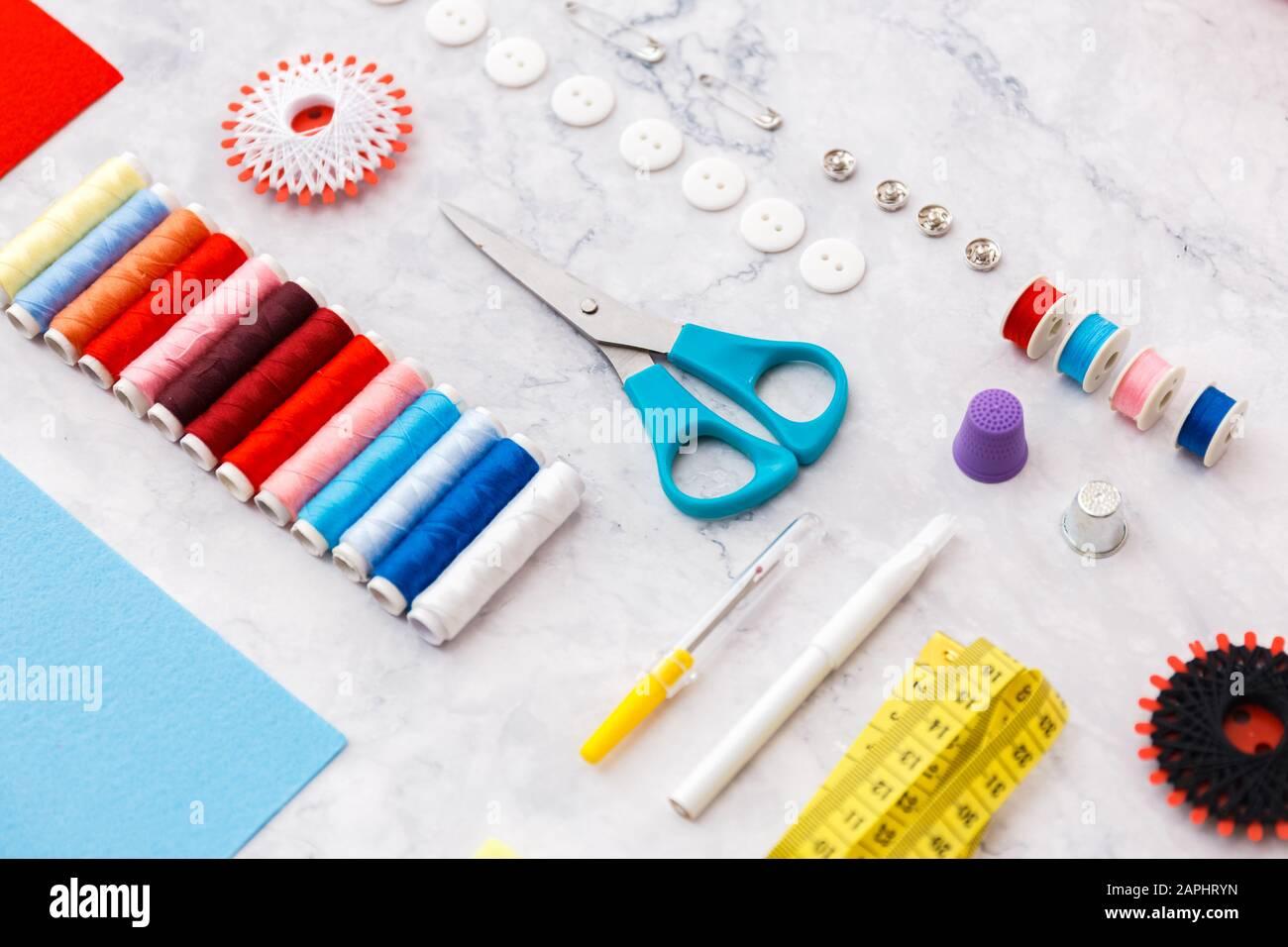 herramientas de costura y sastring coloridas y artículos sobre fondo claro Foto de stock