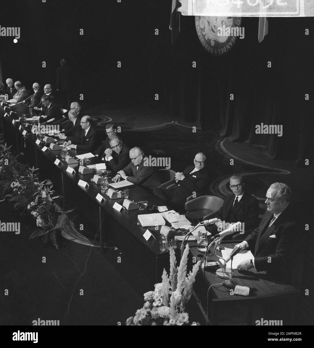 Reunión general extraordinaria de la Cámara de Comercio Holandés-Alemán con motivo del sexagésimo aniversario Descripción general de los asistentes Fecha: 18 de noviembre de 1965 palabras clave: Relaciones internacionales, aniversarios, reuniones Nombre De La Institución: Cámara de Comercio Foto de stock