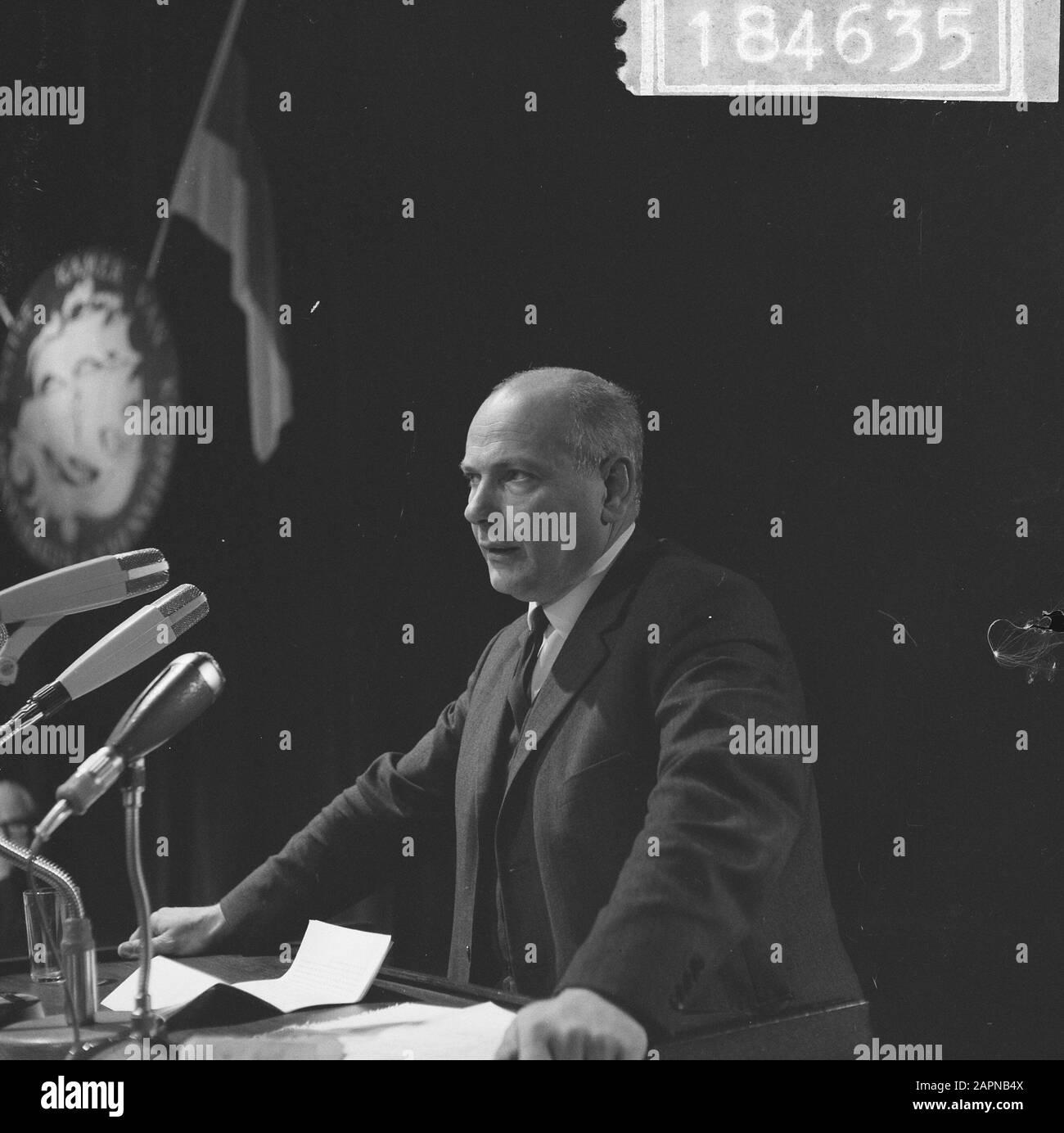 Reunión general extraordinaria de la Cámara de Comercio Holandés-Alemana con ocasión del sexagésimo aniversario del Ministro Den Uyl durante un discurso Fecha: 18 de noviembre de 1965 palabras clave: Relaciones internacionales, aniversarios, reuniones Nombre personal: Uyl, Joop den Nombre De La Institución: Cámara de Comercio Foto de stock
