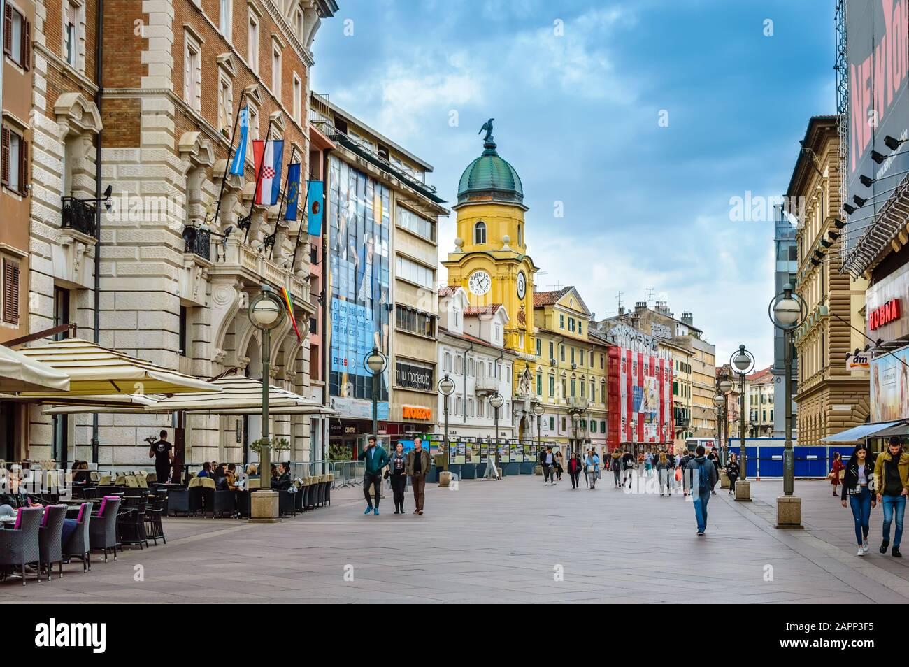 Rijeka, Croacia - 19 de mayo de 2019: City Clock Tower y Korzo, el paseo principal de Rijeka, Croacia. Calle comercial en el centro de la ciudad con tiendas, cafés y Foto de stock