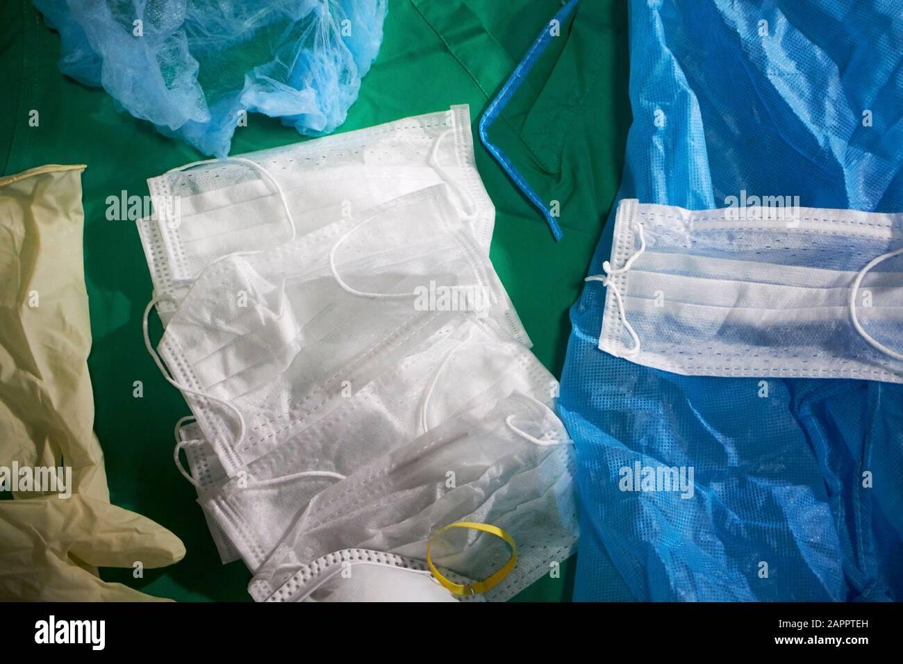 suministro de mascarillas faciales y equipo desechable médico ppe Foto de stock