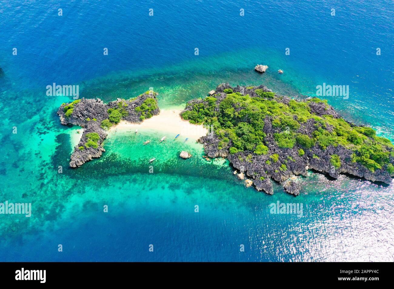 playa de arena tropical y vistas al agua turquesa desde arriba. Isla De Lahos, Islas Caramoan, Filipinas. Concepto de vacaciones de verano y viajes. Foto de stock