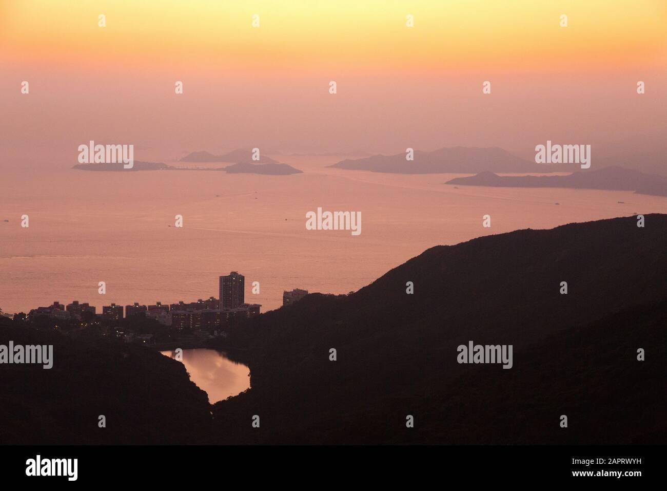 Islas de Hong Kong - una vista al atardecer mirando hacia el sudoeste sobre las islas en el Mar de China del Sur vista desde el Pico, Isla de Hong Kong, Hong Kong Asia Foto de stock