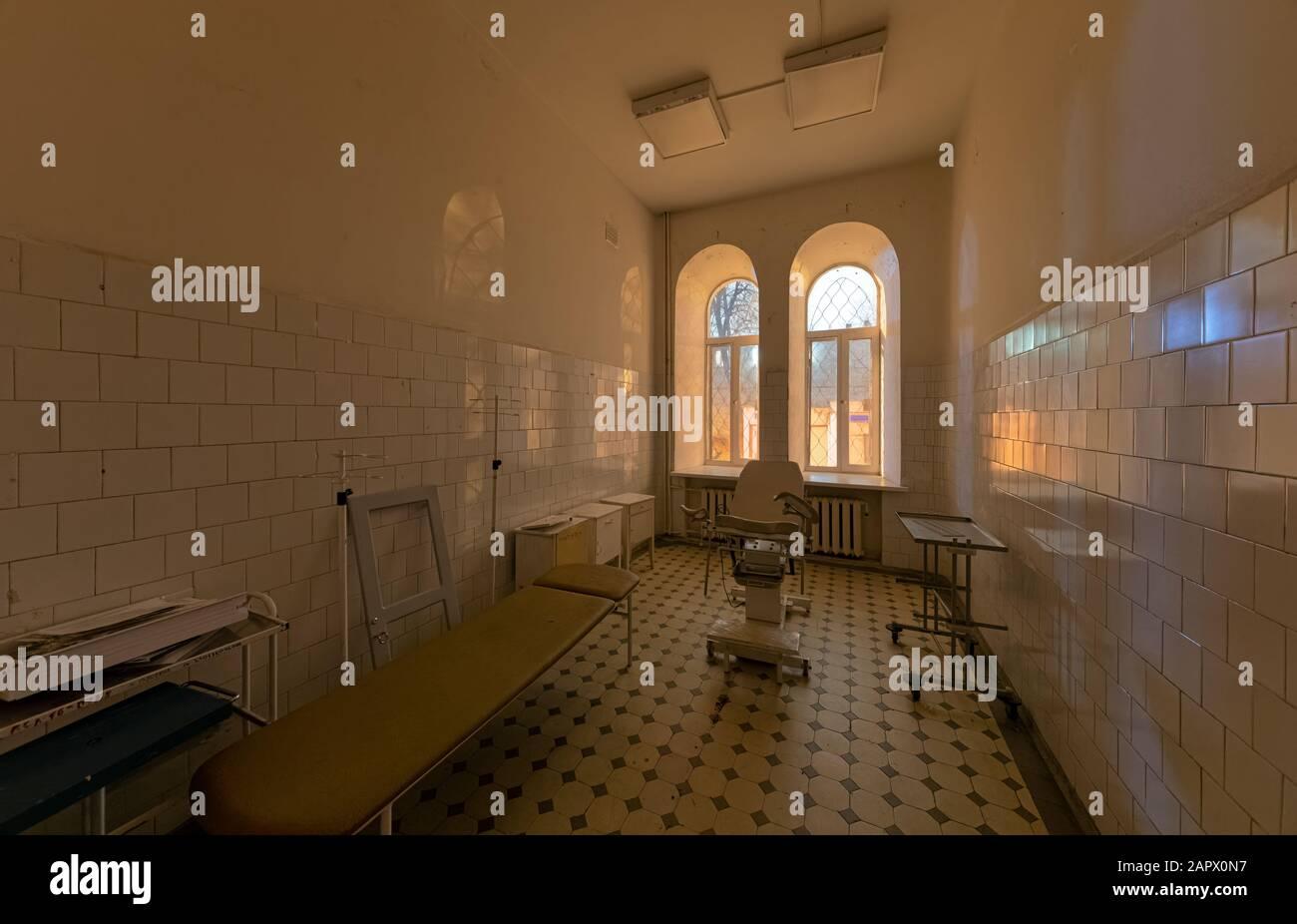 Sala de consulta ginecológica abandonada en un antiguo hospital Foto de stock