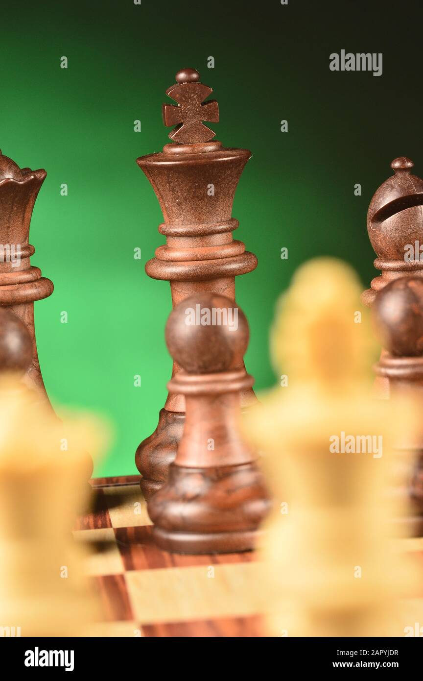 Piezas de madera de ajedrez en el tablero de ajedrez Foto de stock