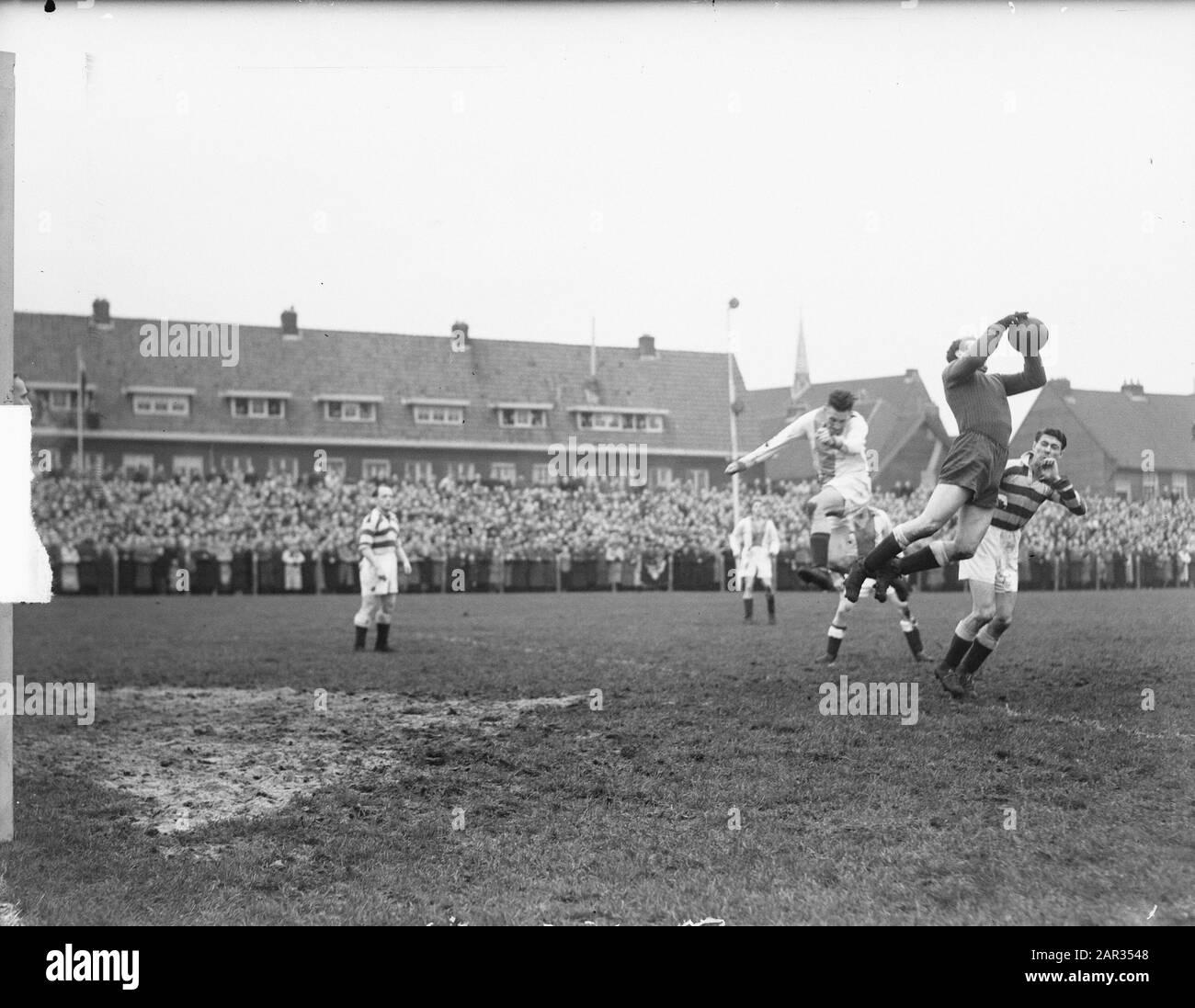 Volenijckers contra Blue-White 1-2 Fecha: 3 de diciembre de 1950 palabras clave: Deporte, jugadores de fútbol Nombre De La Institución: Volewijckers Foto de stock