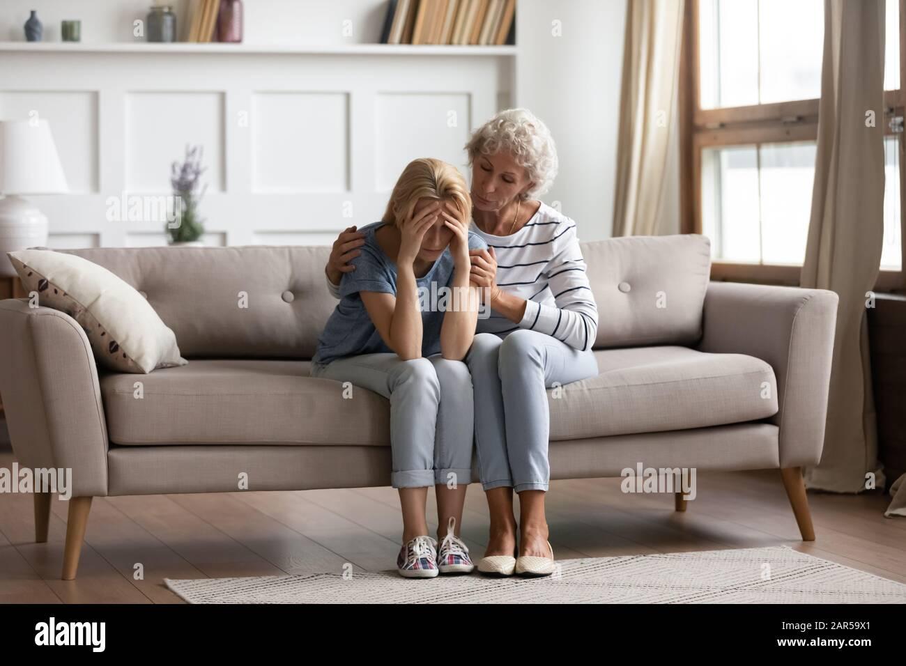 Madre empática de mediana edad que muestra apoyo a la hija mayor. Foto de stock