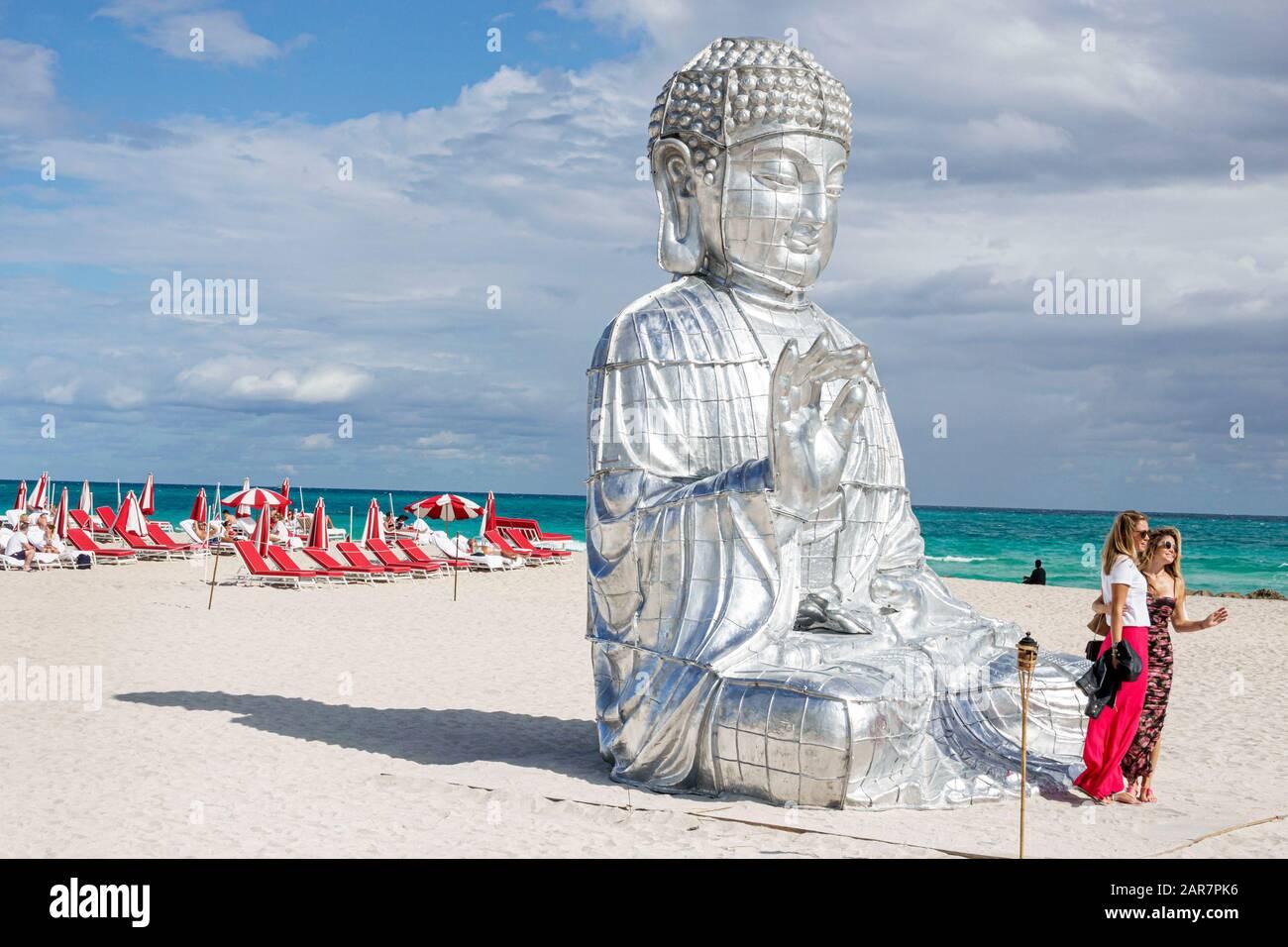 Florida Miami Beach Atlantic Ocean Art Basel Week Distrito de Faena Barrio cultural Buda monumental escultura artista chino Zhang Huan mujer pos Foto de stock