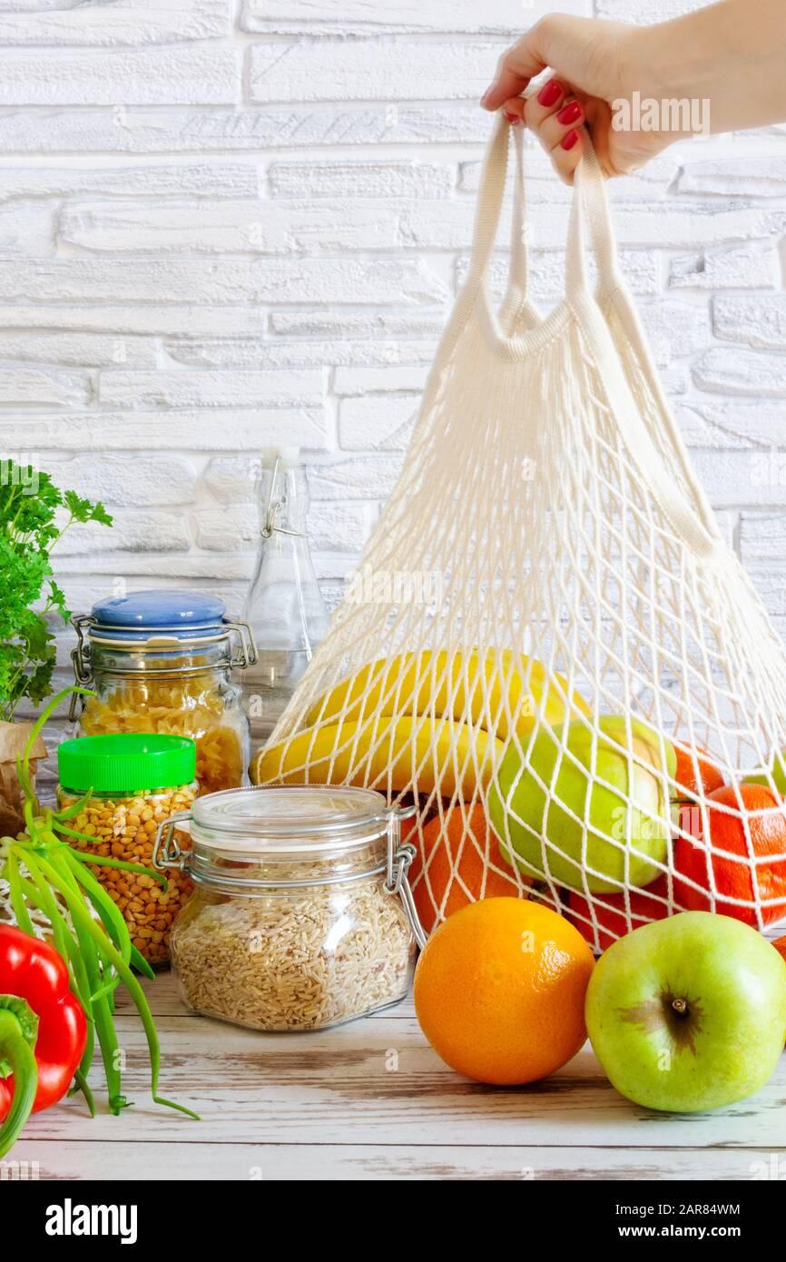 Bolsa de malla de algodón para hacer comestibles con frutas y verduras. Cero residuos, sin compras de plástico. Concepto de estilo de vida sostenible. Reciclaje. Foto de stock