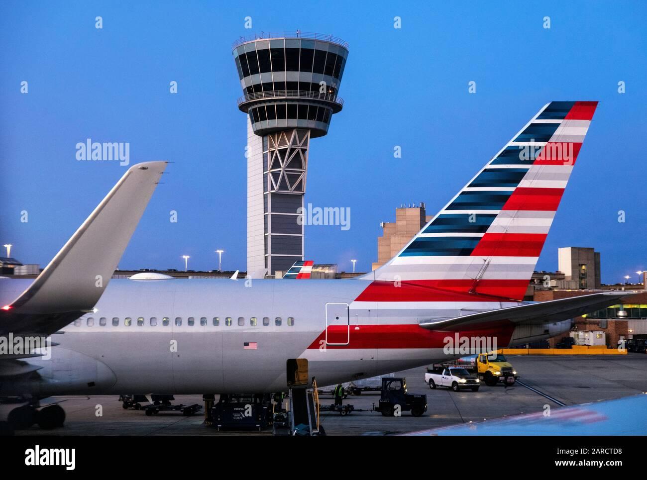 Torre de control de tráfico aéreo en el aeropuerto ocupado. Foto de stock