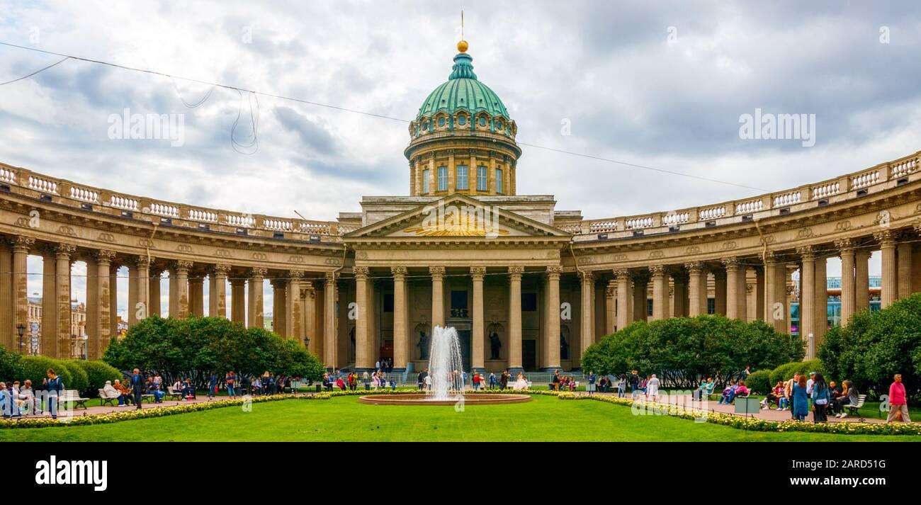 Vista panorámica de Kazanskiy Kafedralniy Sobor (Catedral de Kazán) y personas no identificadas en el parque bajo un cielo nublado. San Petersburgo, Rusia. Foto de stock