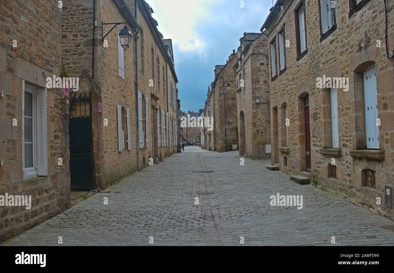 Calle vacía con casas de piedra tradicionales en Dinan, Francia Foto de stock