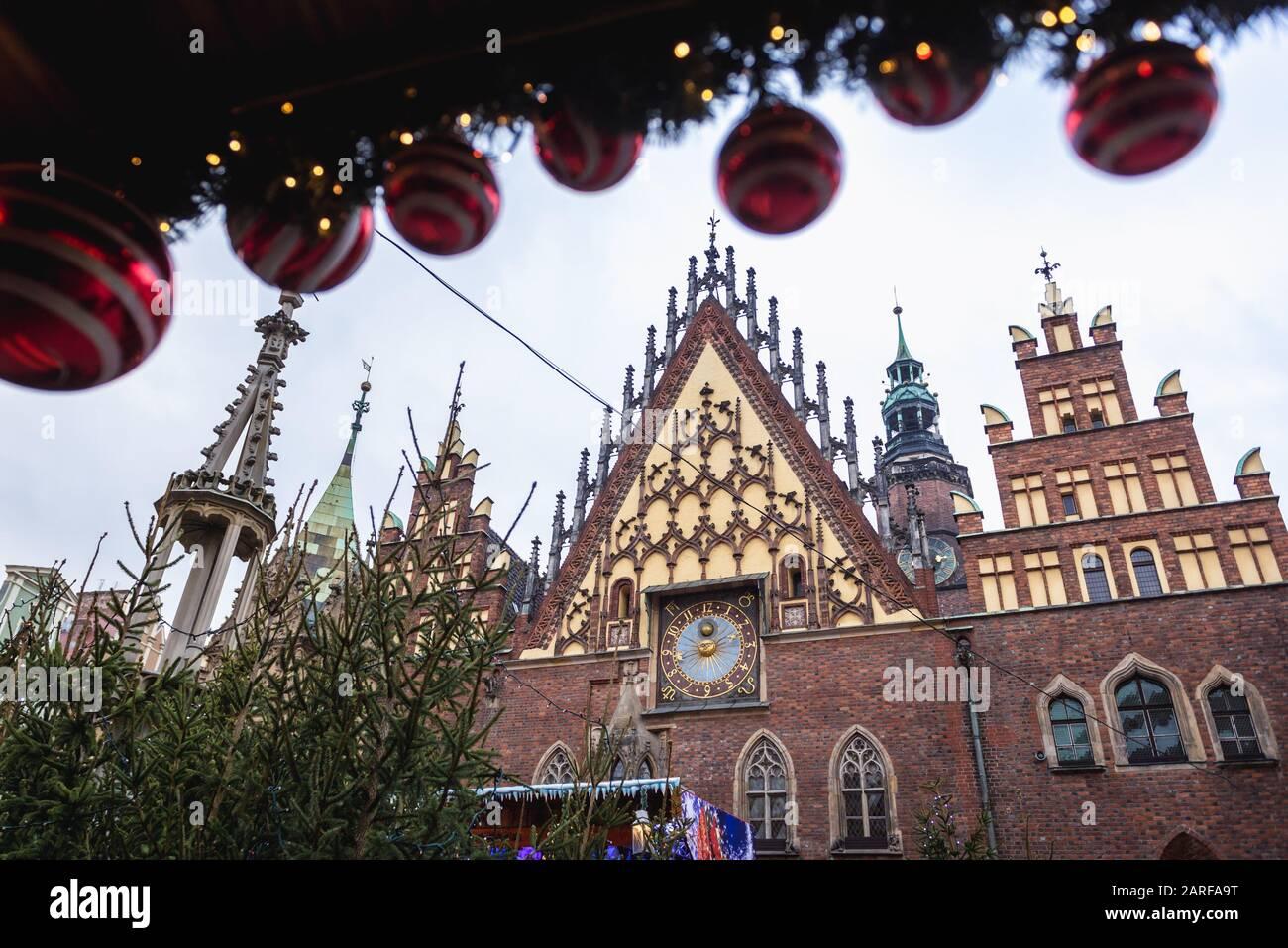 Vista sobre el edificio del Antiguo Ayuntamiento durante el mercado tradicional de Navidad en el casco antiguo de Wroclaw en la región de Silesia de Polonia. Foto de stock