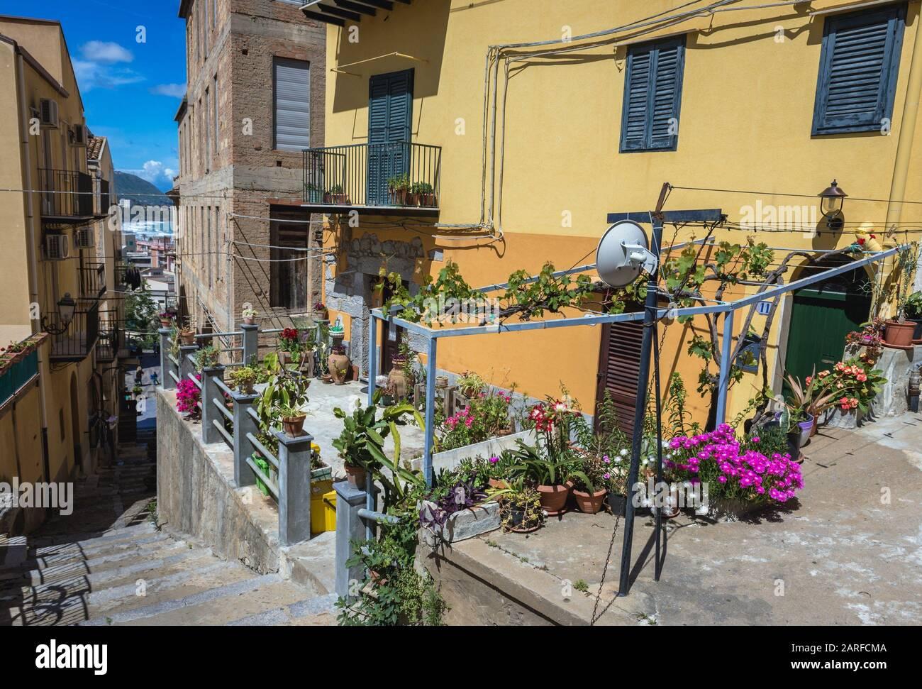 Casas en Cefalu ciudad y comune en la Ciudad Metropolitana de Palermo, situado en la costa Tirrena de Sicilia, Italia. Foto de stock