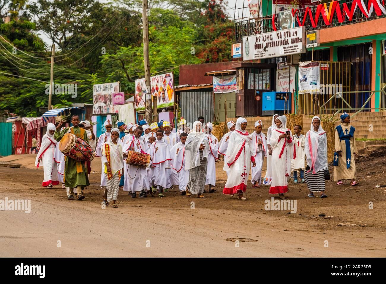 Un grupo de cristianos ortodoxos etíopes marchando por la carretera durante el feriado religioso de Meskel, Arba Minch, Etiopía. Foto de stock