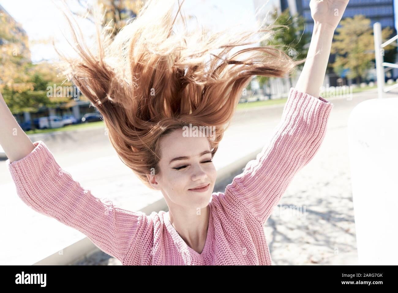 Retrato de mujer joven con pelo volador. Munich, Alemania. Foto de stock