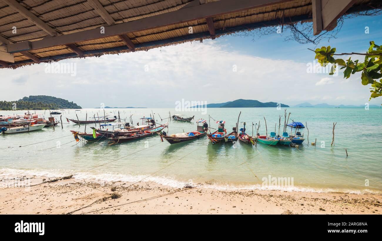 Koh Samui, Tailandia - 2 de enero de 2020: Auténticos barcos de pesca tailandeses atracados en la playa de Thong Krut en Taling Ngam un día Foto de stock