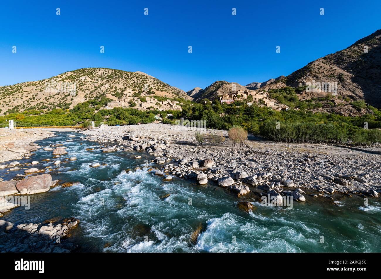 Río Panjshir que fluye a través del Valle Panjshir, Afganistán, Asia Foto de stock