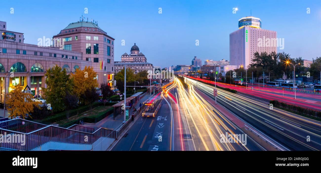 Semáforos en la carretera principal cerca del Zoológico de Beijing al atardecer, Beijing, República Popular de China, Asia Foto de stock