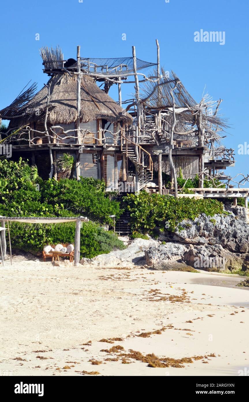 Arquitectura extraña en la playa en Tulum, México. Foto de stock