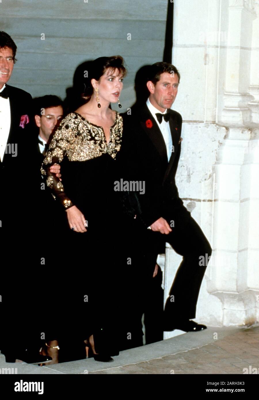 la-princesa-hsh-caroline-de-monaco-y-el-principe-hdh-charles-asisten-a-una-cena-en-el-chateau-de-chambord-durante-su-gira-real-de-francia-noviembre-de-1988-2arh3k3.jpg