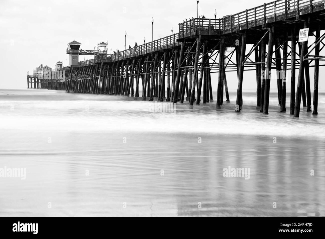 Oceanside California Estados Unidos. Histórico Oceanside Pier, Oceanside, San Diego County, California. Exposición lenta del obturador. Foto de stock