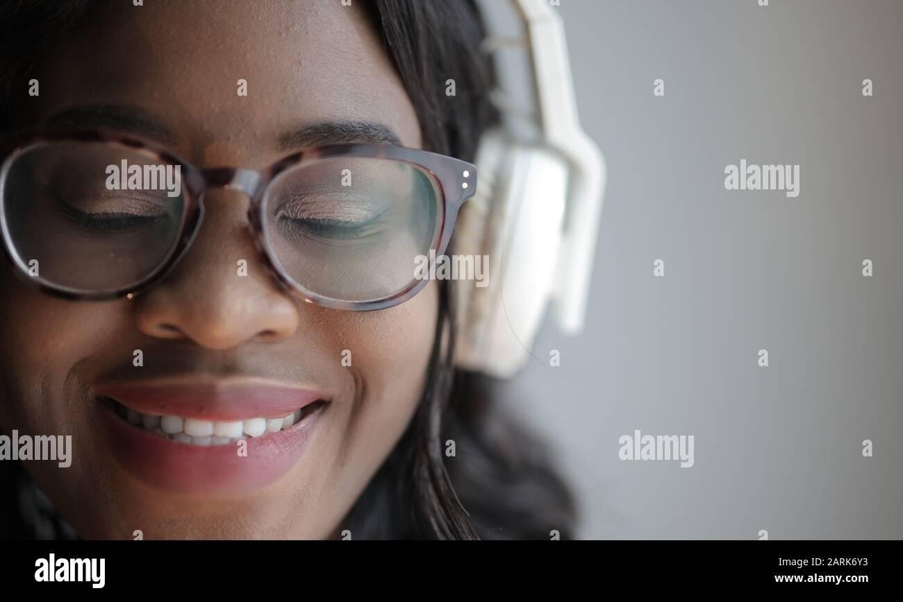 retrato de una niña escuchando música con auriculares Foto de stock