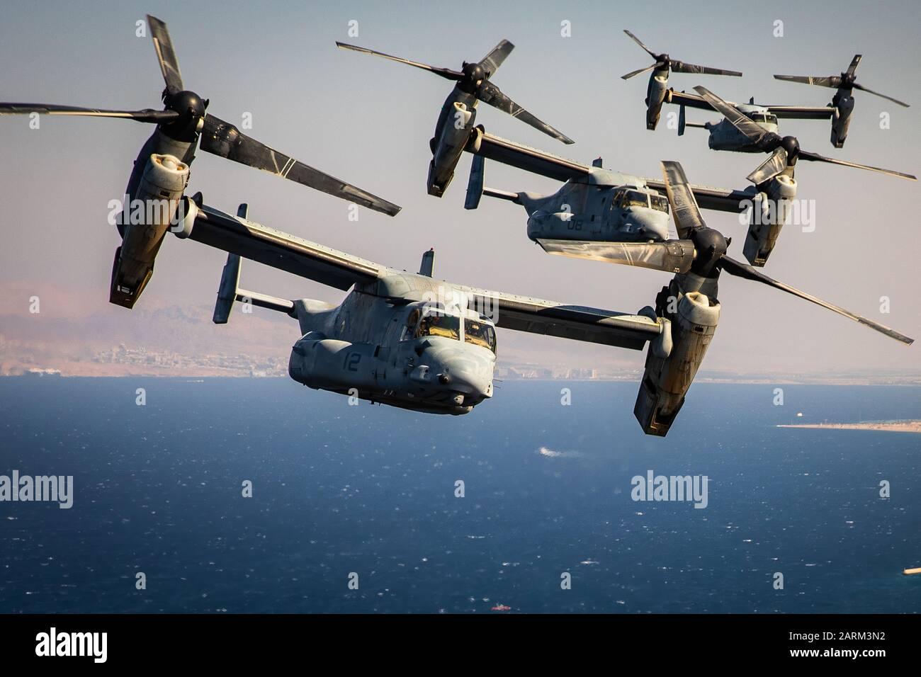 Los Marines de Estados Unidos con el medio marino Tiltrotor Squadron (VMM) 364, conectado a propósito especial Marine Air-Ground Task Force-Crisis Response-Central Comando, volar varias MV-22 águilas pescadoras durante un raid aéreo simulado como parte del Oriente Medio anfibio Simposio comandantes, 24 de septiembre de 2019. La SPMAGTF-CR-CC es un proveedor de fuerza múltiple diseñado para emplear el suelo, logística y capacidad de aire en toda la zona de responsabilidad del Comando Central. (Ee.Uu. Foto del Cuerpo de Infantería de Marina por el sargento. Branden Bourque) Foto de stock