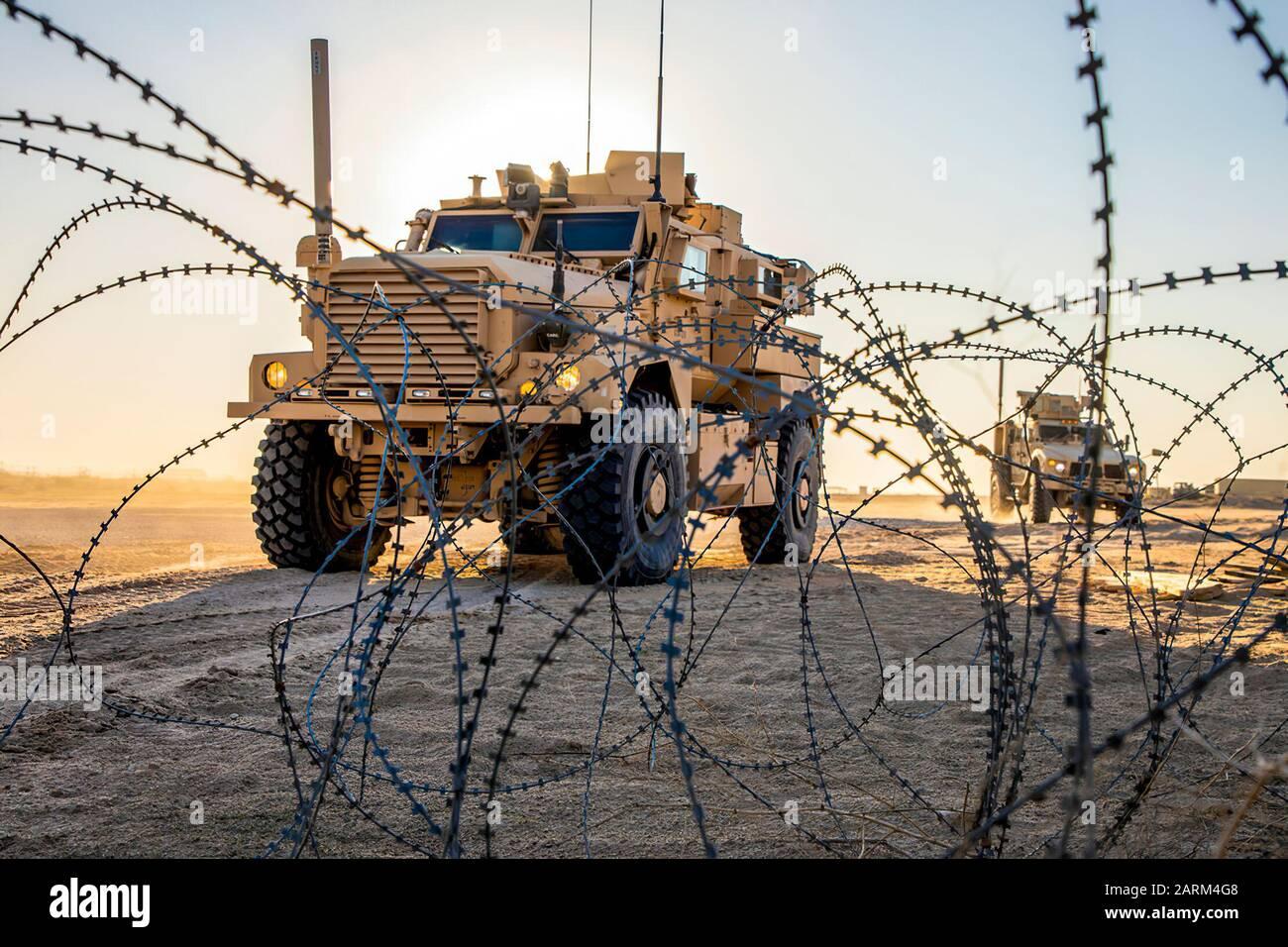 Infantes de marina de EE.UU. Con 2º Batallón, 7º Marines, asignados a la Fuerza de tarea Aérea Marina De Propósito Especial – respuesta En Caso De Crisis – mando Central (SPMAGTF-CR-CC) 19.2, conducir vehículos todoterreno Protegidos contra las minas Ambush (M-ATVs) durante un curso de conducción de vehículos tácticos en Kuwait, 21 de diciembre de 2019. El SPMAGTF-CR-CC es una fuerza de reacción rápida, preparada para implementar una variedad de capacidades en toda la región. (EE.UU Foto de Marine Corps de Sgt. Kyle C. Talbot) Foto de stock