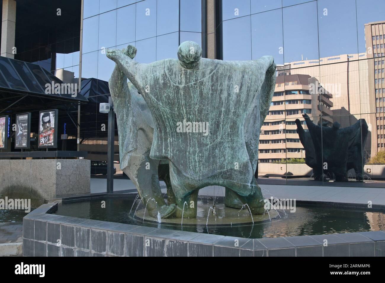Estatuas delante del Teatro Joburg llamado los Playmakers por Ernest Ullman, Braamfontein, Johannesburgo, Gauteng, Sudáfrica. Foto de stock