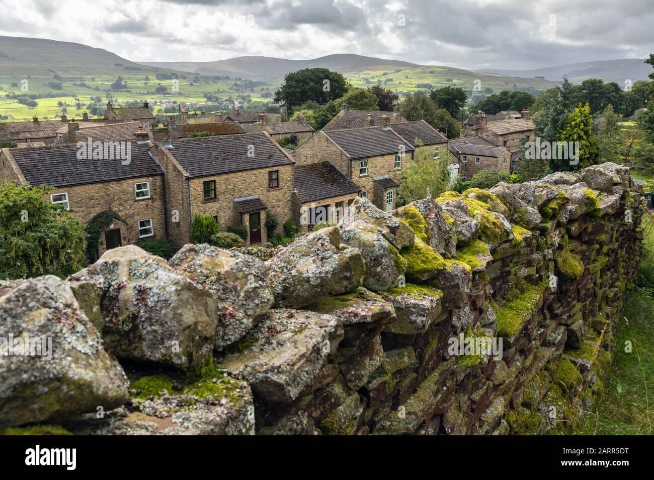 El pequeño y pintoresco pueblo de Sedbusk en Wensleydale, Yorkshire Dales National Park, Inglaterra Foto de stock